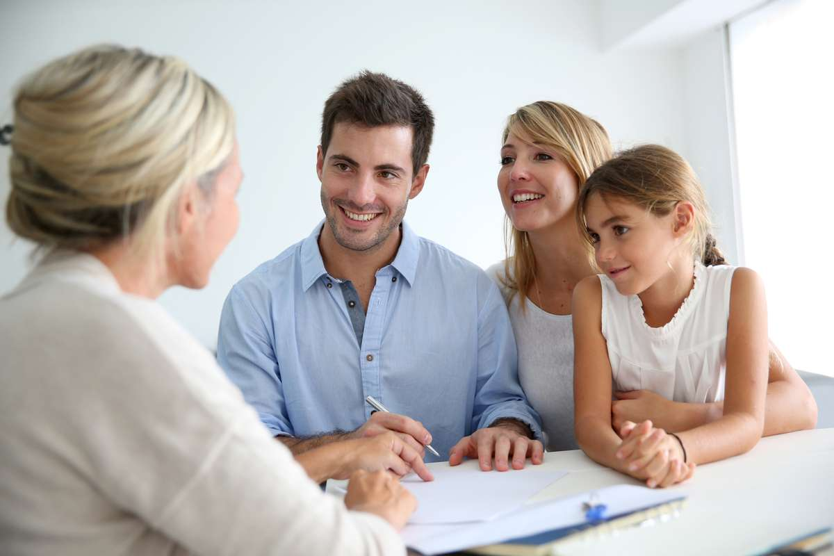 Family meeting real-estate agent (R) (S)